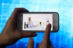 Achats en ligne de Smartphone dans la main d'une femme Accessoires d'achat pour les v?tements, chaussures avec le magasin en lign image libre de droits