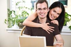 achats en ligne heureux de couples Photos libres de droits