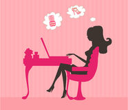 Achats en ligne - jeune femme de sourire s'asseyant avec Photographie stock