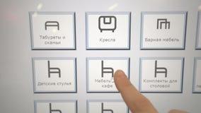 Achats en ligne - la poussée de doigt ajoutent au panier le bouton sur l'écran tactile banque de vidéos