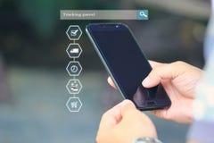 Achats en ligne, main d'homme tenant le téléphone intelligent et dépistant le parce illustration libre de droits