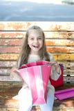 Achats enfant heureux de petite fille avec le panier Image stock