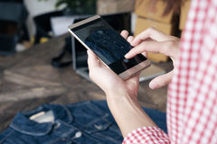 Achats et concept se vendants en ligne et en ligne de commerce électronique Photographie stock libre de droits