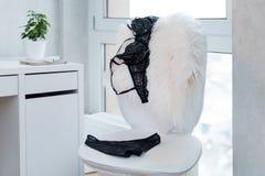 Achats et mode, concept femelle de garde-robe L'ensemble de lingerie sexy élégante fascinante de dentelle sur la chaise blanche,  Photographie stock
