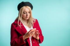 Achats faisants blonds beaux avec le smartphone photographie stock libre de droits