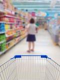 Achats femelles dans le supermarché photographie stock