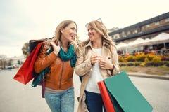 achats heureux d'amis Images stock