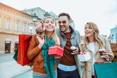 achats heureux d'amis Photographie stock libre de droits