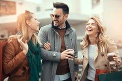 achats heureux d'amis Image stock