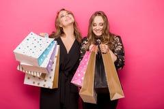 achats heureux d'amis Deux belles femmes appréciant l'achat Photos libres de droits