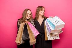 achats heureux d'amis Deux belles femmes appréciant l'achat Images stock