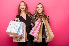achats heureux d'amis Deux belles femmes appréciant l'achat Photographie stock libre de droits