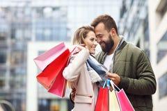 Achats heureux de couples dans la ville Photographie stock libre de droits
