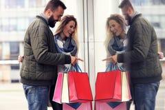 Achats heureux de couples dans la ville Photo libre de droits