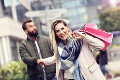 Achats heureux de couples dans la ville Photos stock