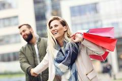 Achats heureux de couples dans la ville Images libres de droits