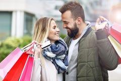 Achats heureux de couples dans la ville Image libre de droits