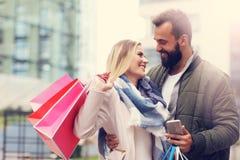 Achats heureux de couples dans la ville Photos libres de droits