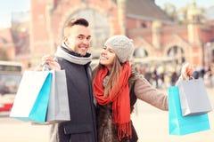 Achats heureux de couples dans la ville Photo stock