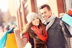 Achats heureux de couples dans la ville Photographie stock