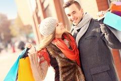 Achats heureux de couples dans la ville Images stock