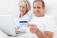 Achats heureux de couples en ligne images libres de droits