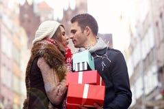 Achats heureux de couples pour Noël dans la ville Photographie stock