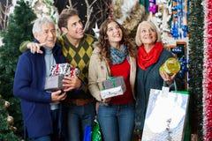 Achats heureux de famille dans le magasin de Noël Photos libres de droits