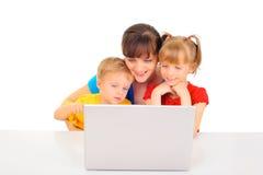 Achats heureux de famille en ligne photographie stock