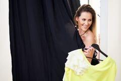 Achats heureux de femme pour des v?tements dans le magasin images stock