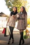 Achats heureux : Deux filles buvant du café ou du thé Image libre de droits