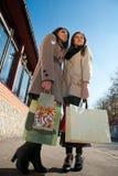 Achats heureux : Deux jeunes femmes avec des sacs Image stock
