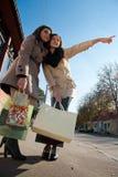 Achats heureux : Deux jeunes femmes avec des sacs Photos stock