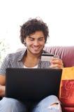 Achats heureux en ligne photographie stock libre de droits