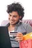 Achats heureux en ligne images libres de droits