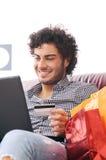 Achats heureux en ligne photo stock