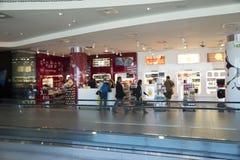 Achats hors taxe du Portugal d'aéroport de Lisbonne Image libre de droits