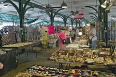 Achats intérieurs sur le marché historique de secteur du quartier français de la Nouvelle-Orléans, Louisiane photos stock