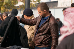 Achats irakiens d'homme pour des vêtements d'hiver Images stock