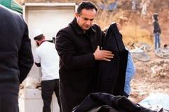 Achats irakiens d'homme pour des vêtements d'hiver Image libre de droits