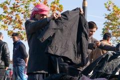 Achats irakiens d'homme pour des vêtements d'hiver Image stock
