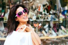 Achats joyeux de femme de mode Photographie stock