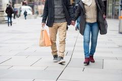 Achats méconnaissables de couples au centre de la ville L'hiver Image libre de droits