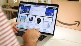 Achats principaux BRITANNIQUES d'homme de jour d'Amazone sur des affaires d'ordinateur portable banque de vidéos