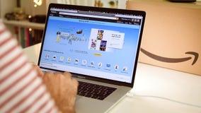 Achats principaux d'homme de jour d'Amazone Royaume-Uni sur des affaires d'ordinateur portable banque de vidéos