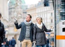 Achats supérieurs de couples au centre de la ville L'hiver Images stock