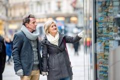 Achats supérieurs de couples au centre de la ville L'hiver Images libres de droits