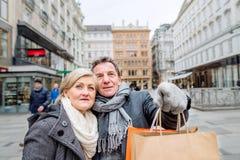 Achats supérieurs de couples au centre de la ville L'hiver Photographie stock libre de droits