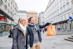 Achats supérieurs de couples au centre de la ville L'hiver Photos stock