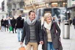 Achats supérieurs de couples au centre de la ville L'hiver Photo stock